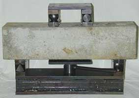 Приспособление УРИ для испытания на растяжение при изгибе бетонных балочек